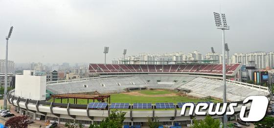 File:Remodeling Suwon Baseball Stadium Red Wine Chairs 2 (2014~).jpeg