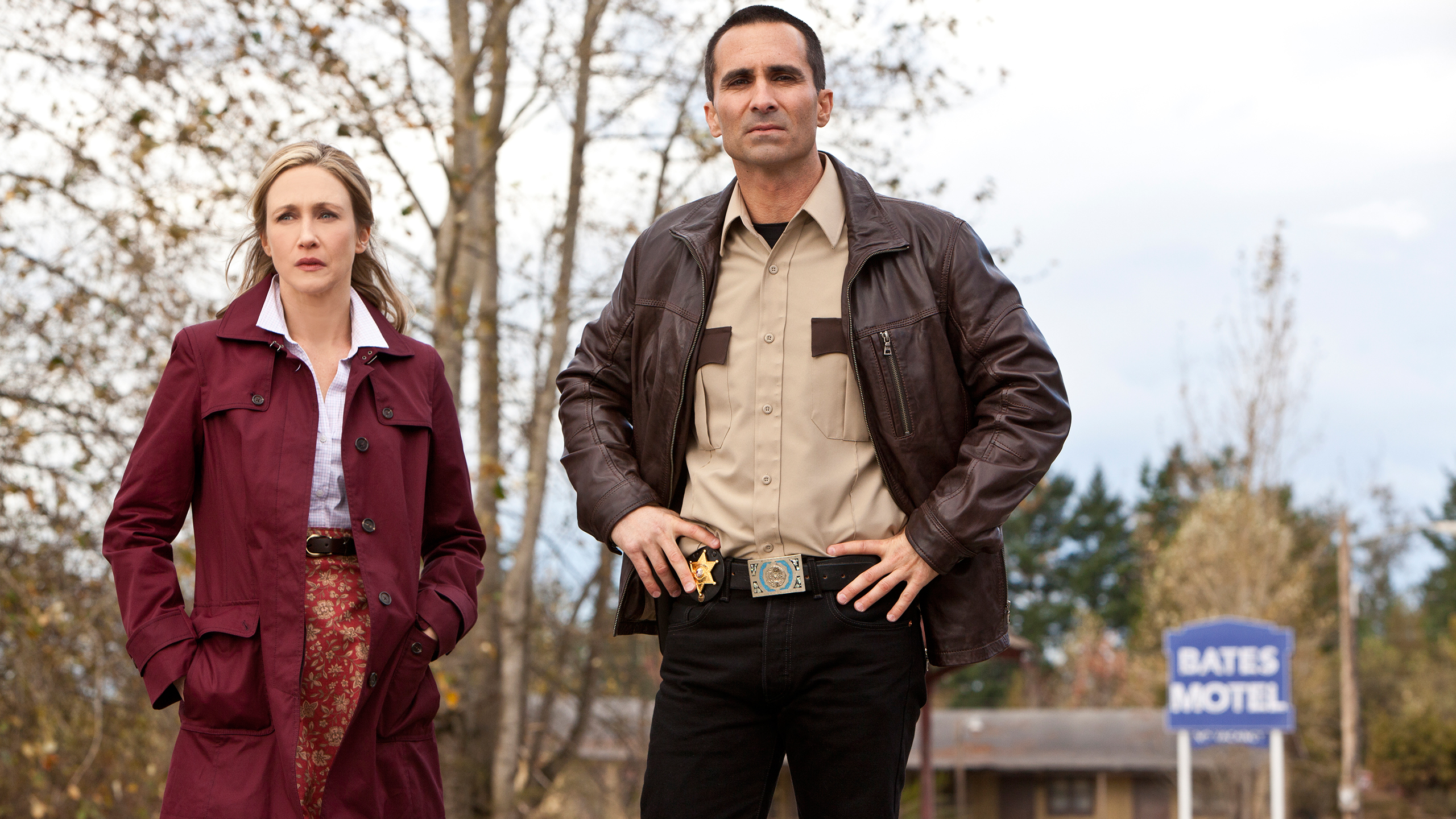 File:05-norma-bates-and-sheriff-romero-outside-the-bates-motel.jpg
