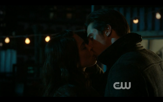 File:Ep1x14-thekiss.png