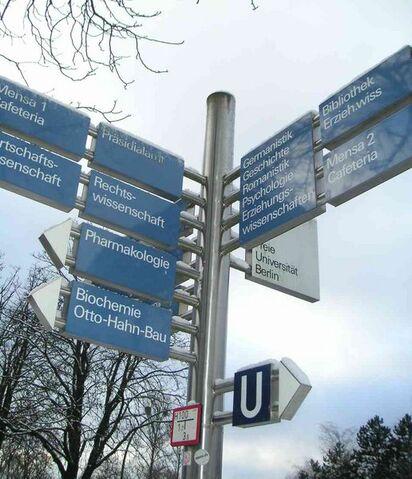 Datei:Freie Universität Berlin Wegweisersystem im Winter 01-2005.jpg
