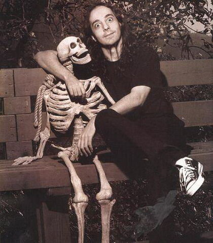 File:Daron Malakian daron and his new friend.jpg