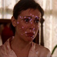 Zaklęcie działa na twarzy Phoebe.