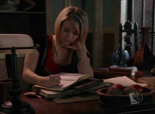 Arquivo:Billie Writes Book.jpg