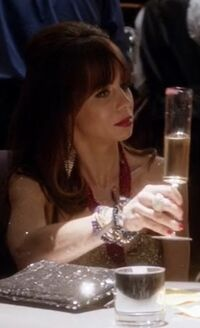 S04E12-Mysti with glass