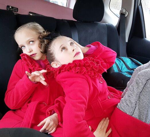 File:712 Lilliana and Elliana posing.jpg
