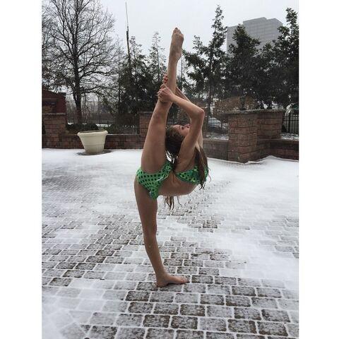 File:Haley Huelsman in Pittsburgh snow - 8 degrees - 13Feb2015.jpg