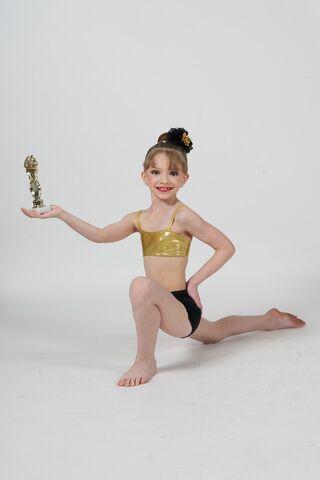 File:Sarah Hunt photoshoot with trophy 2B.jpg