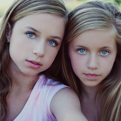 File:Talia Seitel (left) Kayla Seitel (right).jpg