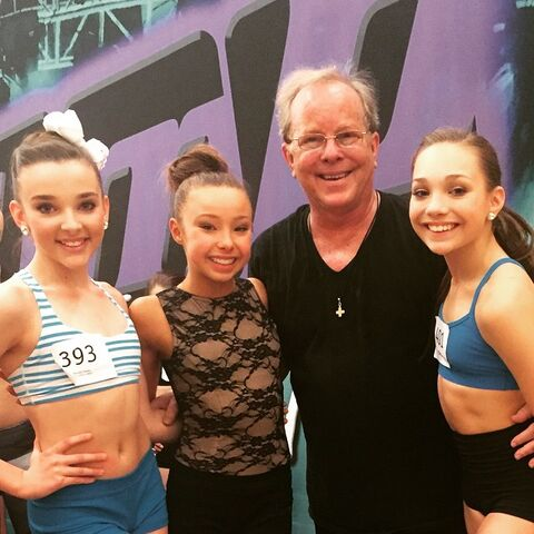 File:Kendall Vertes - Sophia Lucia - Maddie Ziegler - with Doug Caldwell at Jump - 14Feb2015.jpg
