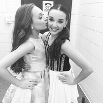 Maddie kissing Kendall 2015-03-13