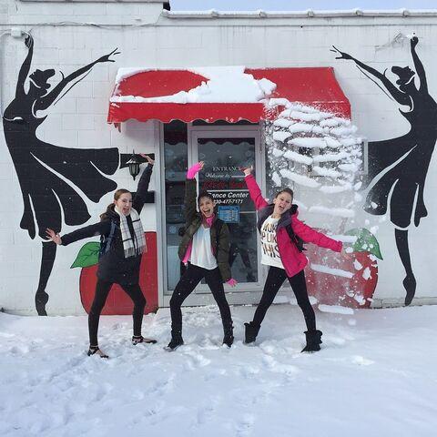 File:ChloeS AshtinS HaleyH snowfall 2015-02-27.jpg