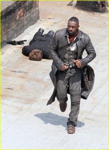 File:Idris-elba-unbuttons-his-shirt-on-the-dark-tower-set-21.jpg