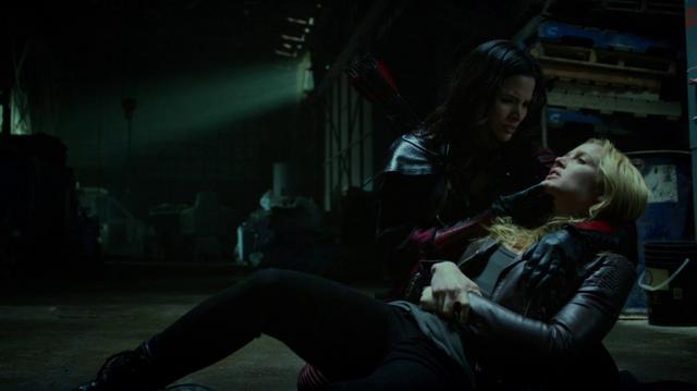 File:Nyssa al Ghul holds a poisoned Sara Lance.png