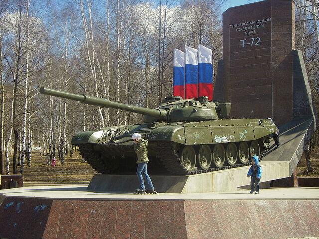 File:T-72-Denkmal in Nischni Tagil. Die Inschrift bedeutet Den Mitarbeitern des Uraler Waggonwerkes – Schöpfer des Panzers T-72.jpg