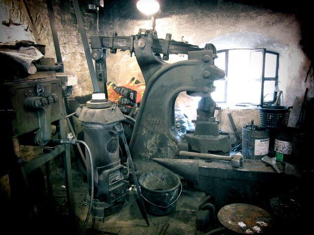 Datei:Einblick in die Alte -Schmiede mit -Federfallhammer.jpg