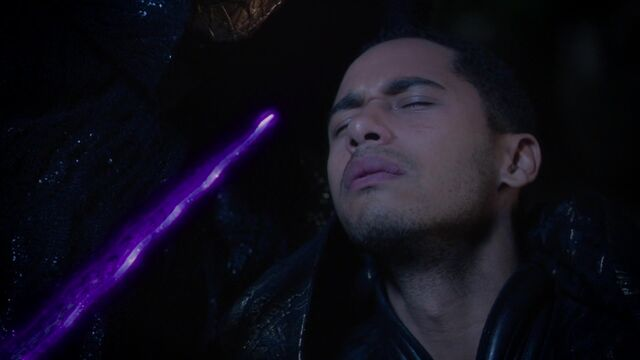 File:Once Upon a Time - 5x05 - Dreamcatcher - Glowing Dagger.jpg