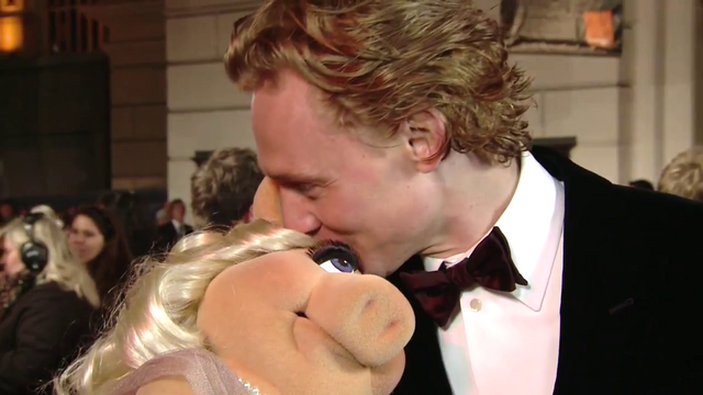 File:BAFTA-Awards-2012-Kiss-Piggy&TomHiddleston.png