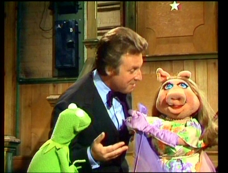File:Alexander flirting with Miss Piggy.jpg