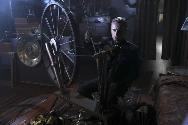 File:Once Upon a Time - 6x08 - I'll Be Your Mirror - Photography - Gold Spinning 2.jpg