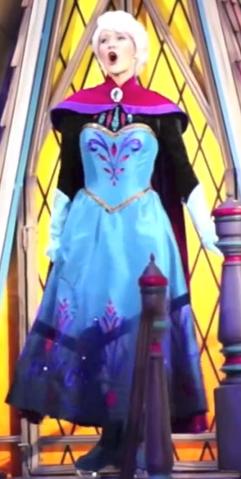 File:Queen Elsa's Coronation dress (Disney On Ice)!!!!.png