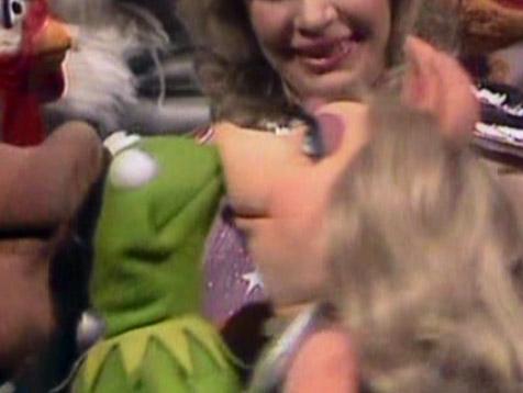 File:Kiss-KermitPiggy502.jpg
