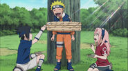 Sasuke-and-sakura-give-food-to-naruto