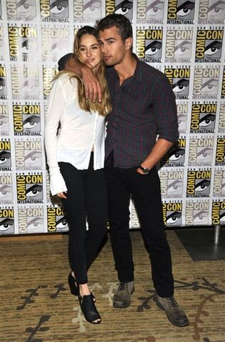 File:-Divergent-Panels-Comic-Con-2013-Day-1-July-18-2013-theo-james-35307415-337-512.jpg