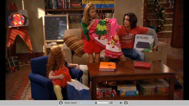 File:Avery viendo su regalo.png