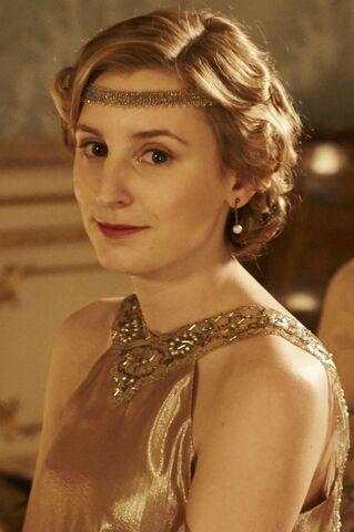 File:Edith in gold with headband.jpg