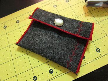 http://www.thezenofmaking.com/2010/12/15-minute-change-purse-tutorial