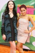 Elizabeth-gillies-and-ariana-grande 3278571