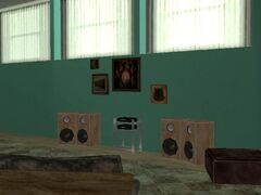 Extraños cuadros y equipos de sonido en una habitación.