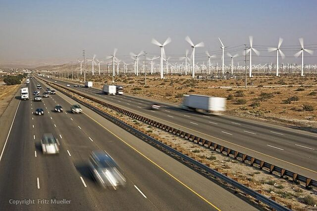 Archivo:San Georgino Pass Wind farm.jpg