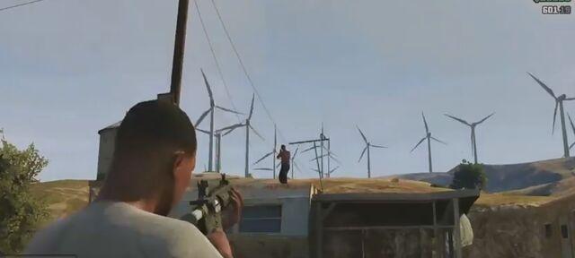 Archivo:Parque eolico visto en el Gameplay de GTA Online pueblo cerca.jpg