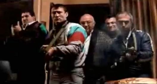 Archivo:Grand Theft Auto 2 The Movie - Rusos apuntando sus armas.png
