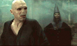Walden Macnair detrás de Voldemort.png