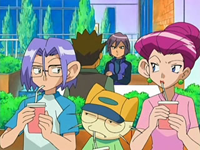 Archivo:EP520 Team Rocket escuchando.png
