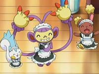 Archivo:EP531 Pokémon vestidos para atender en el café.png