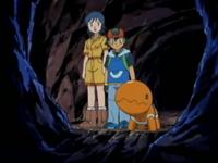 Archivo:EP383 Elisa y Ash en la cueva con Trapinch.png