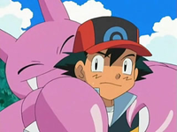 Archivo:EP539 Gligar abrazando a Ash.png