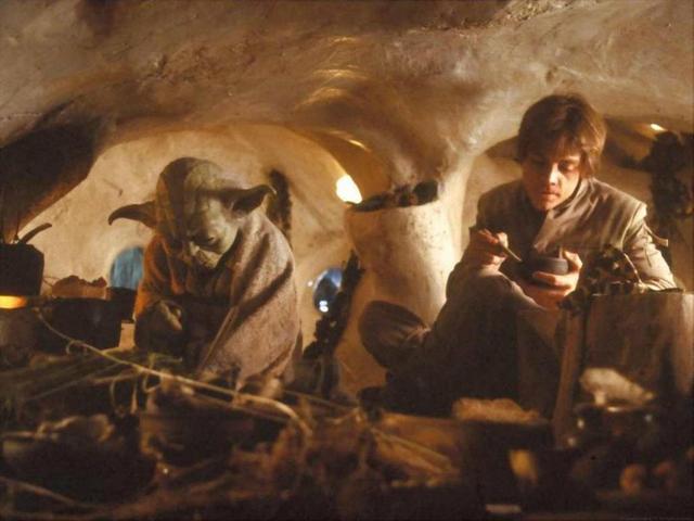 Archivo:Yoda y Luke dentro de la Choza de Yoda.png