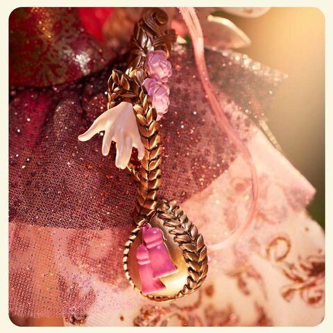 File:Facebook - Cupid Thronecoming accessories.jpg