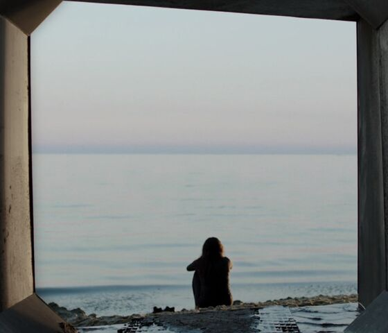 File:Bobbie sits looking at the ocean.jpg