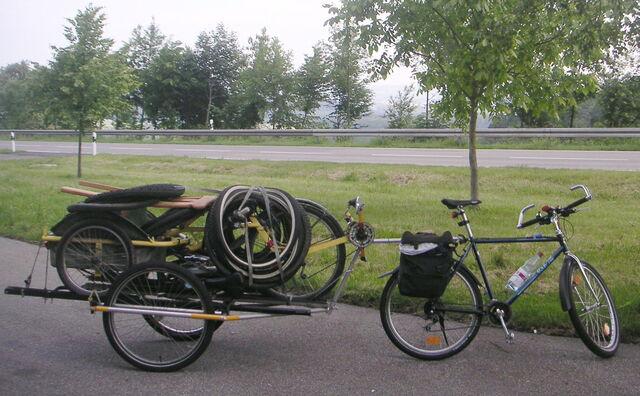 Datei:Airbike Pickup und Brompton auf Mountainbike Anhaenger.jpg
