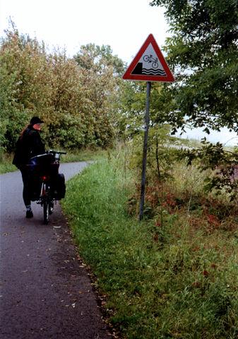 Datei:Gefahren am Weserradweg.jpg