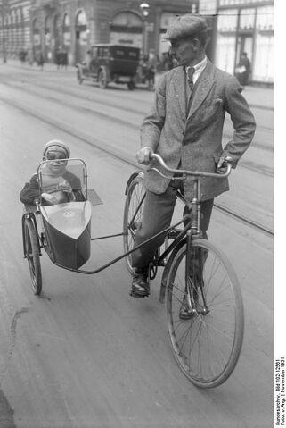 Datei:Bundesarchiv Bild 102-12561, Berlin, Fahrrad mit Beiwagen.jpg