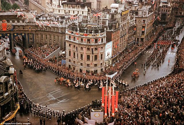 File:Avenir VE Day celebrations, Centre Square.jpg