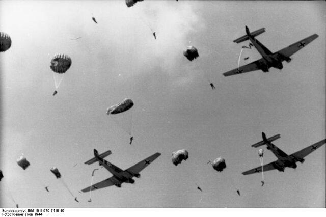 File:Bundesarchiv Bild 101I-670-7410-10, Fallschirmjägerabsprung aus Junkers Ju 52.jpg