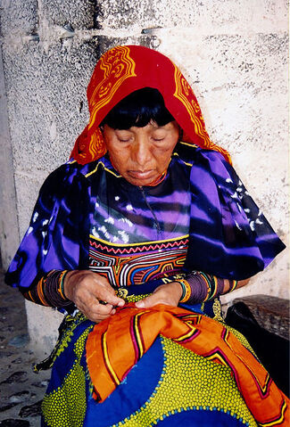 Bestand:Plaetje Kuna Woman sewing.jpg