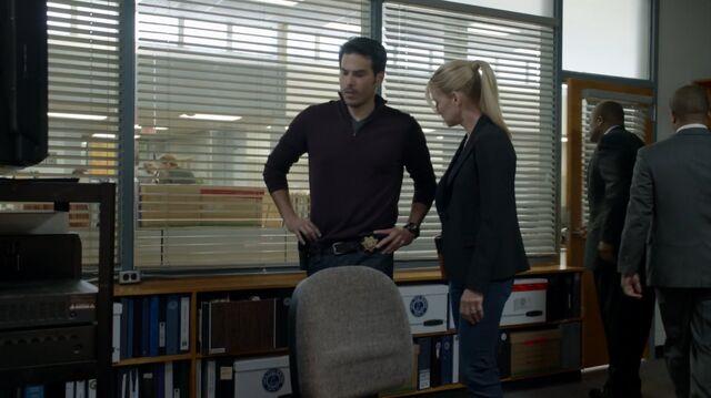 File:1x02 70 Kyle, Elizabeth, FBI.jpg